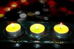 Kerzen gegen helle Zusammenfassung Stockfotos