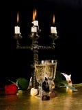 Kerzen, Gläser mit Wein, stiegen Lizenzfreie Stockbilder