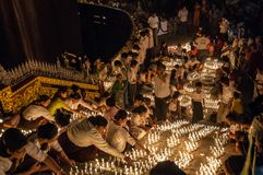Kerzen am goldenen Felsen-Licht-Festival Stockfoto