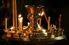 Kerzen heiligen Nikolays im Tempel Lizenzfreies Stockbild