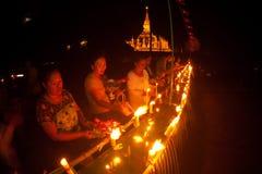 Kerzen im Boot während Loykratong-Festivals in Laos. Stockfoto