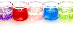 Kerzen im Glas horizontal auf den weißen Hintergrund Stockfotografie