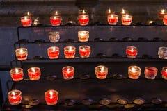 Kerzen im Kirchen-, Überschreiten und Gedächtniskonzept Lizenzfreies Stockbild