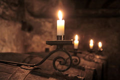 Kerzen im Weinkeller Stockfotos