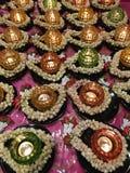 Kerzen kreisten mit weißen Blumen in einem buddhistischen Tempel ein Lizenzfreies Stockfoto