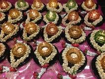 Kerzen kreisten mit weißen Blumen in einem buddhistischen Tempel ein Stockfoto