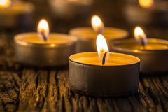 Kerzen Licht in der Einführung Weihnachtskerzen, die nachts brennen Goldenes Licht der Kerzenflamme Stockbilder