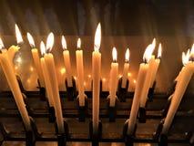 Kerzen, Lichter und Reflexionen Stockfoto