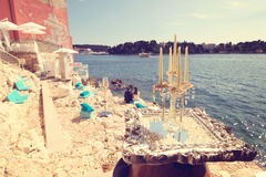 Kerzen mit Braut und Bräutigam als Schattenbildern Lizenzfreie Stockbilder
