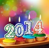 Kerzen mit dem Symbol des neuen Jahres auf dem kleinen Kuchen Lizenzfreies Stockfoto