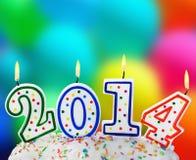 Kerzen mit dem Symbol des neuen Jahres auf dem Kuchen Lizenzfreie Stockbilder