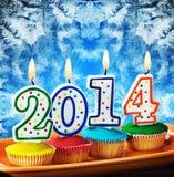 Kerzen mit dem Symbol des neuen Jahres auf dem Kuchen Lizenzfreie Stockfotos