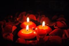 Kerzen mit den rosafarbenen Blumenblättern _2 Stockfoto