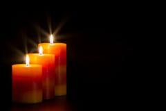 Kerzen mit schwarzem Hintergrund stockfotografie