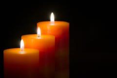 Kerzen mit schwarzem Hintergrund stockbild