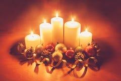 Kerzen mit Weihnachtsbällen Abbildung der roten Lilie Stockbild