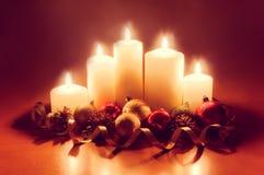 Kerzen mit Weihnachtsbällen Abbildung der roten Lilie Stockfotos