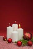 Kerzen mit Weihnachtsflitter Lizenzfreie Stockbilder