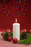 Kerzen mit Weihnachtsflitter Stockfoto