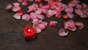Kerzen-Rosablumenblatt stieg Holztisch hd Gesamtlänge stock video