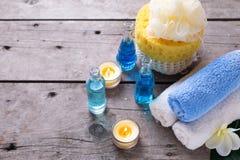 Kerzen, Tücher und Badzubehör Stockbild