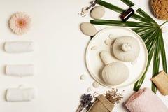 Kerzen, Tücher und Badzubehör lizenzfreies stockfoto