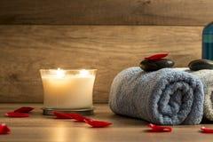 Kerzen, Tücher und Badzubehör Stockfotografie