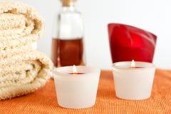Kerzen, Tücher und Massage-Schmieröl Stockbild