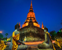 Kerzen um den alten Tempel Stockfotos