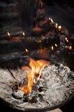 Kerzen und Angebote Birning am Tempel Lizenzfreies Stockfoto