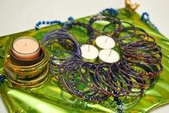 Kerzen und Armbänder für pakistanische Mehndi Zeremonie lizenzfreie stockfotografie