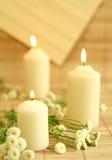 Kerzen und Blumen. Stockfoto