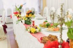 Kerzen-und Blumen-Dekoration Stockfotos