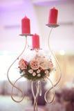 Kerzen- und Blumenstand auf Hochzeitstafel Stockfotos