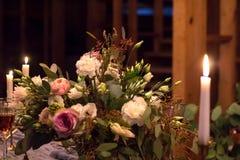 Kerzen und Blumenstrauß Abbildung der roten Lilie Stockbild