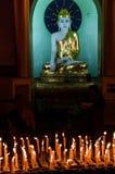 Kerzen und Buddha in der Shwedagon-Pagode in Rangun Stockfotos