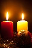 Kerzen und ein Pelzbaum Spielzeug Lizenzfreie Stockfotografie