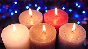 Kerzen und Flammen Blaue elektrische Girlande im Hintergrund stock video