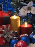 Kerzen und Geschenke Stockfotos