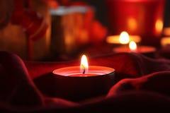Kerzen- und Geschenklicht auf Tabelle Lizenzfreie Stockfotografie