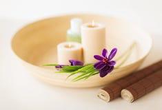 Kerzen und Iris blüht im hölzernen Darm und in der Matte Lizenzfreie Stockbilder