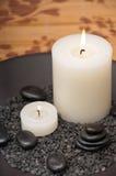Kerzen und Kiesel Stockfotografie