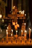 Kerzen und Kreuz Stockbild