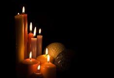 Kerzen und Kugeln. Lizenzfreies Stockbild