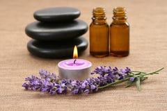 Kerzen und Lavendel Stockfoto