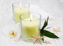 Kerzen und Orchidee Stockfotografie