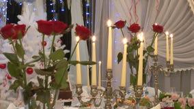 Kerzen und Rosen auf dem Tisch stock video