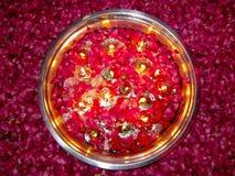 Kerzen und Rosen im runden Behälter mit Wasser Stockbilder