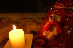 Kerzen- und Santa Claus-Teddybärgeschenk Lizenzfreie Stockfotos