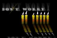 Kerzen und Wörter sorgen sich nicht sind glücklich stock abbildung